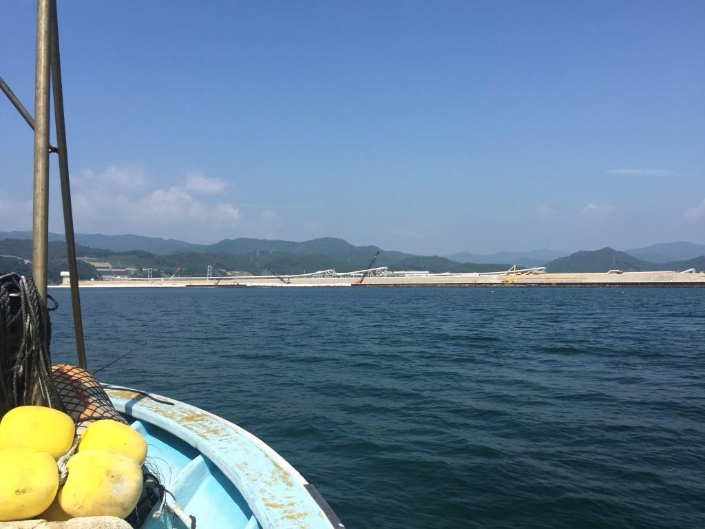 船から見た陸前高田の眺め。ベルトコンベアが運ぶ土で土地のかさ上げが進む