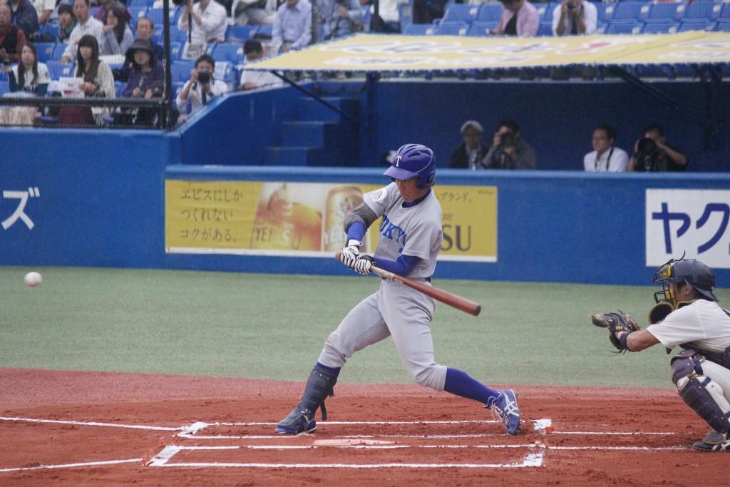 初回、山田選手がライトスタンドに先制本塁打を放つ