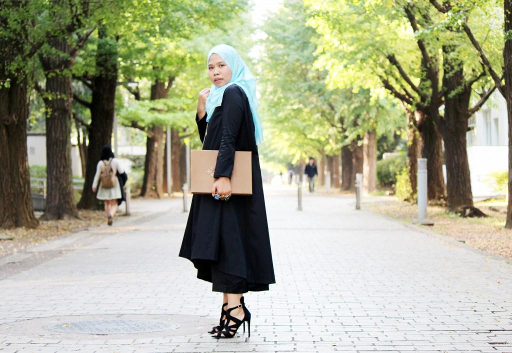色鮮やかなヒジャブを着けて通学するヒダヤさん。「最近は学部生の頃より落ち着いた服装が好きになってきました」