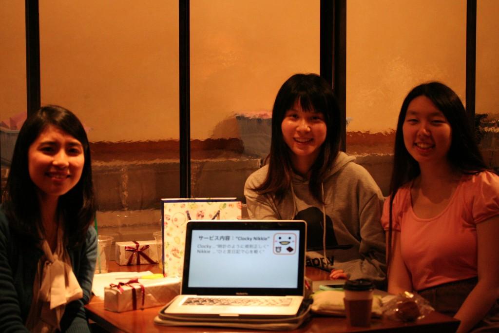 最優秀賞に輝いたC班の左から北原さん、中山さん、吉開さん
