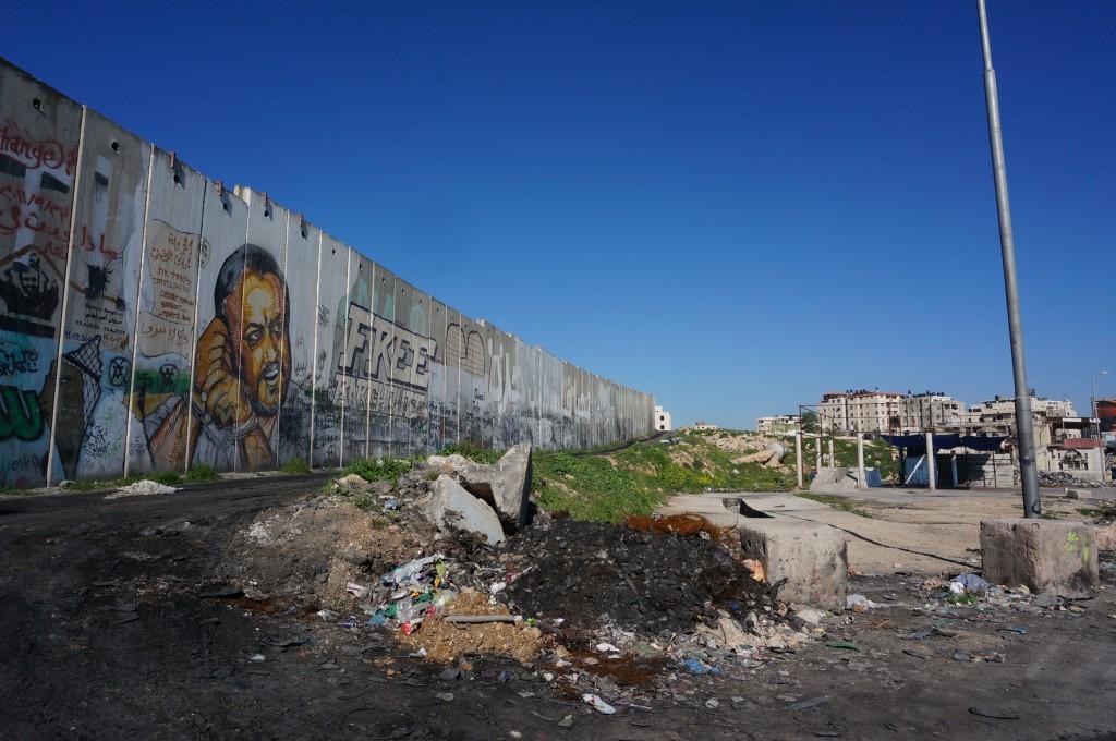 西岸地区からエルサレムへ通じるカランディア検問所にて。(筆者撮影)