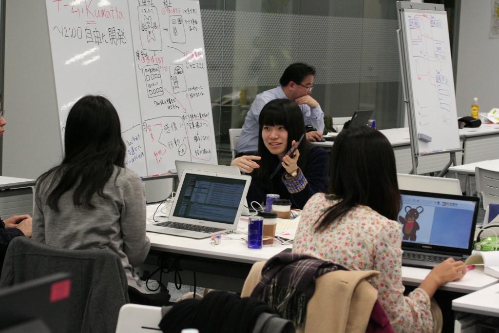 チームごとのテーブルで企業や学生のメンターと協力して開発を進めた