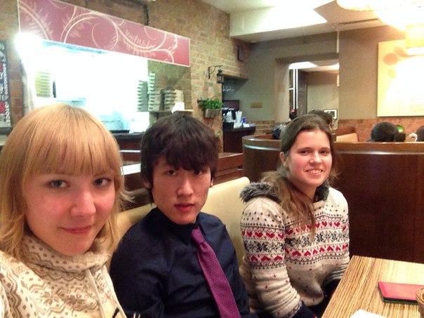 日本語学科の学生とレストランにて。特にこの2人に、日本についてよく質問される。