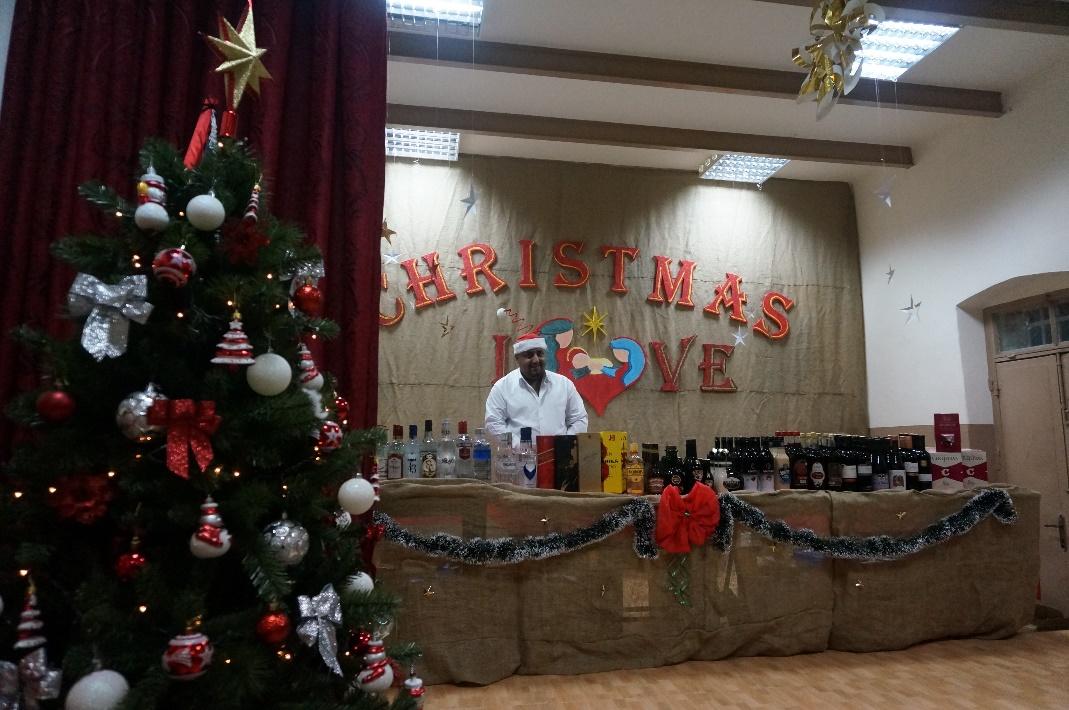 ナブルスのカトリック教会で催されたクリスマスバザー。西岸地区の主要都市の中でも特に保守的なナブルスでは、通常アルコール類はまず手に入らない。この日のクリスマスバザーでは、教会の中で密かにワインやウイスキー、ウォッカがずらりと並んでいた。(筆者撮影)