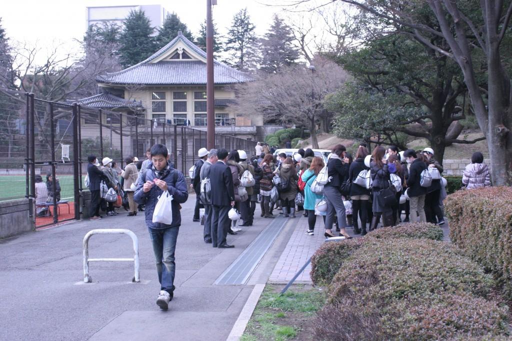 震災の当日、近所の会社員らが避難袋を背負い本郷キャンパスに避難していた