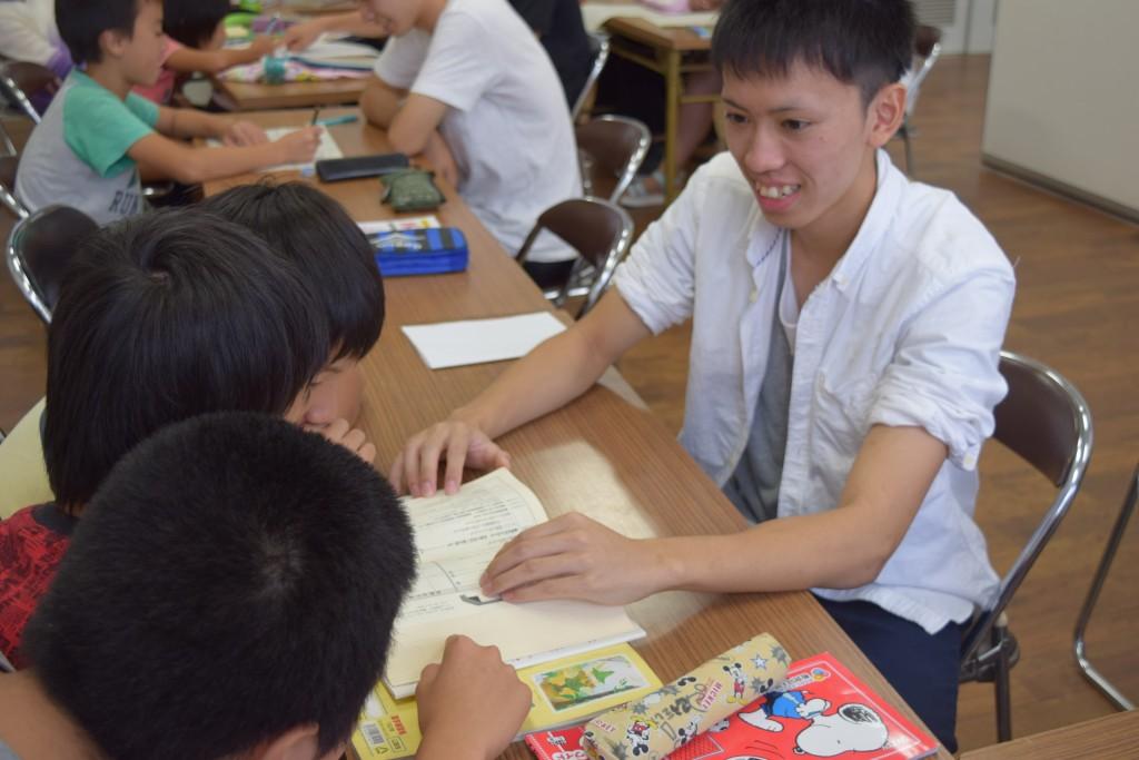 センターで子どもたちに勉強を教えるアンさん