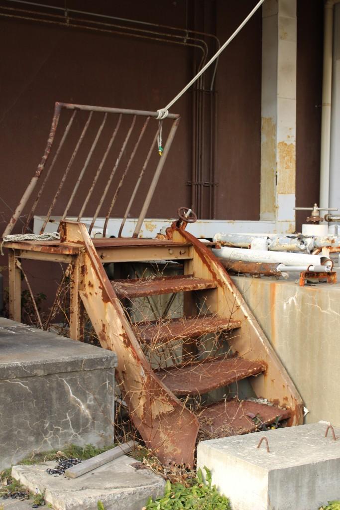 津波で曲がった階段と柵