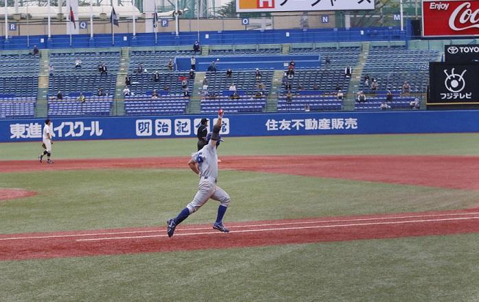 2回戦の九回裏にサヨナラ打を放ち、拳を突き上げる山田選手(撮影・佐方奏夜子)
