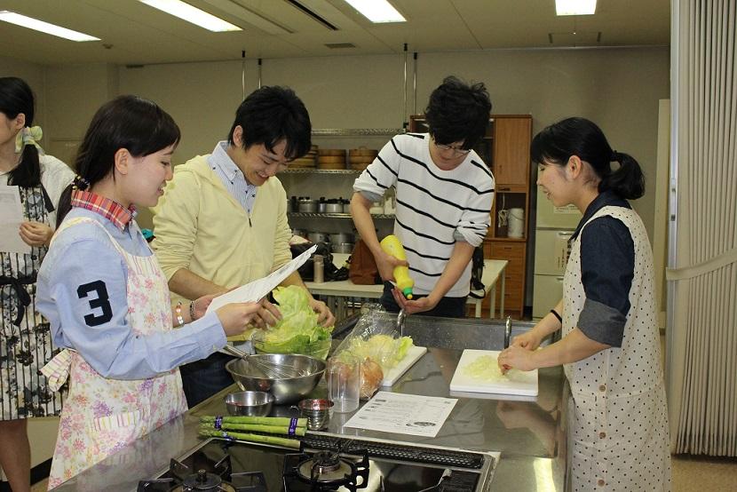 班ごとに教え合いながら調理を進める