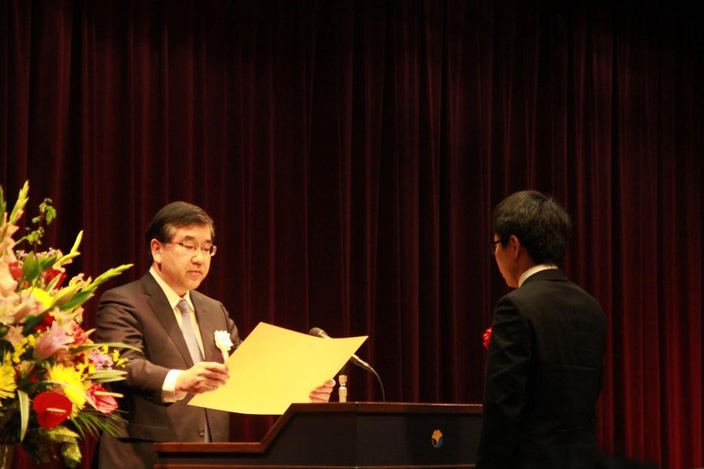 五神総長から賞状を受け取る受賞者=3月23日、小柴ホールで(撮影・太田聡一郎)