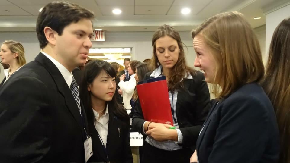全米大会で各国の代表と話し合う廣中さん(左から2番目、写真は廣中さん提供)