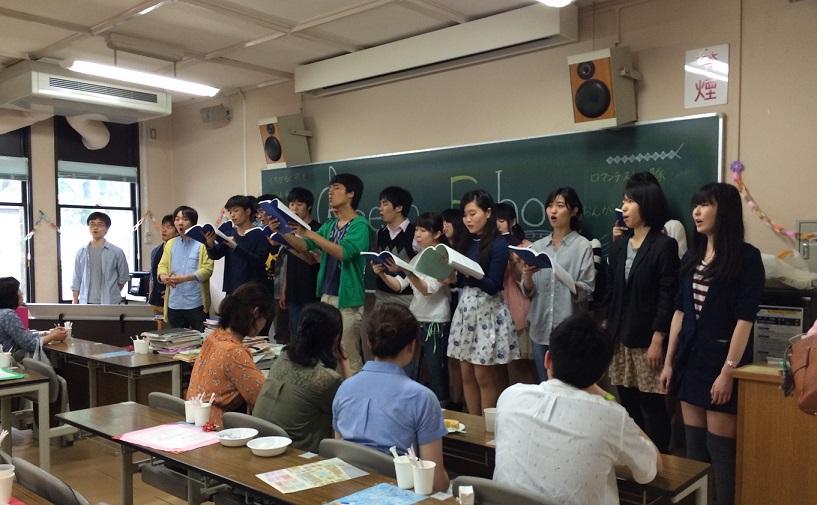 昨年の合唱喫茶。教室内に歌声が響きわたる(写真は緑会合唱団提供)