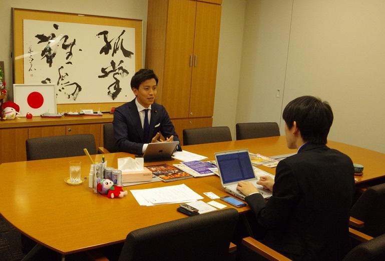インタビューに答える小林史明衆議院議員(撮影・冨士盛健雄)