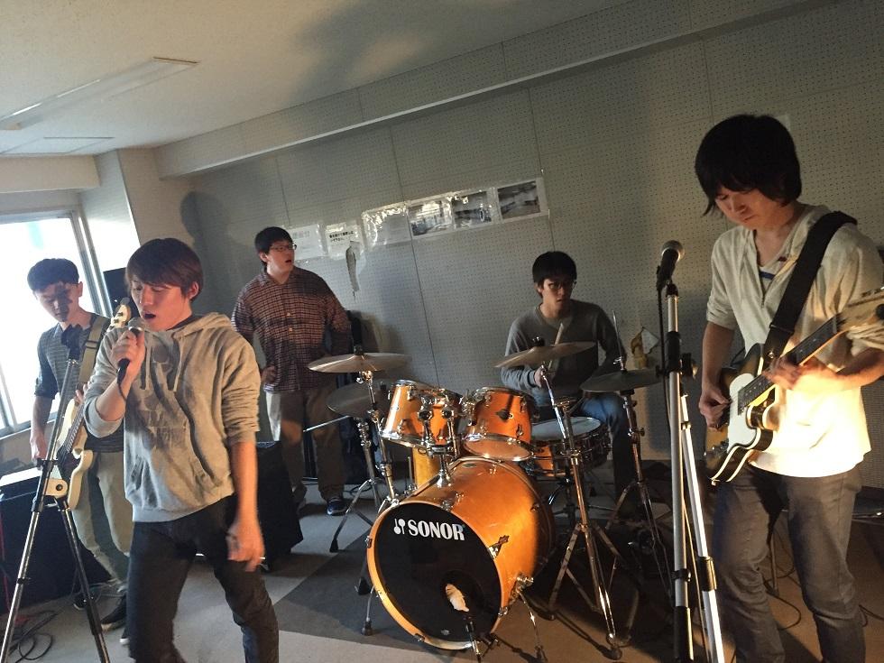 普段の活動の様子。4~6人でバンドを組む(写真はBritish Rock研究会提供)