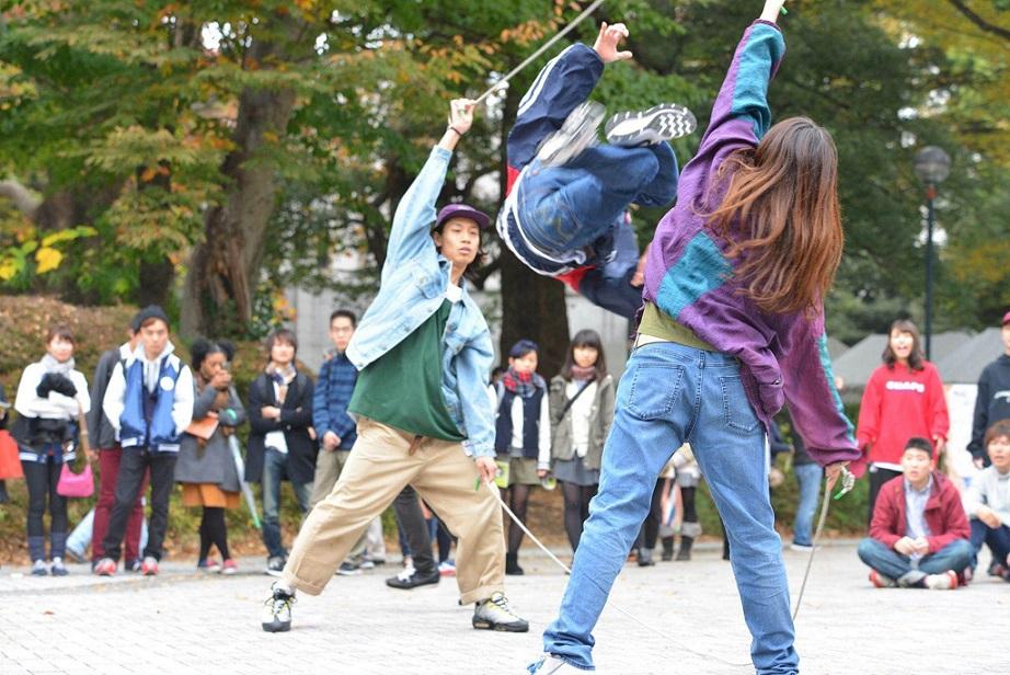 音楽・ダンスと縄跳びを融合した新感覚のパフォーマンス(写真はD-act提供)