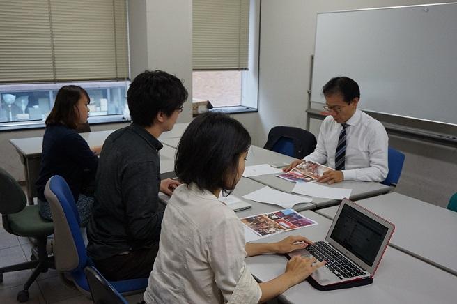 企画趣旨を伝えるTEDxUTokyo実行委員会の学生と、資料を読む鈴木教授