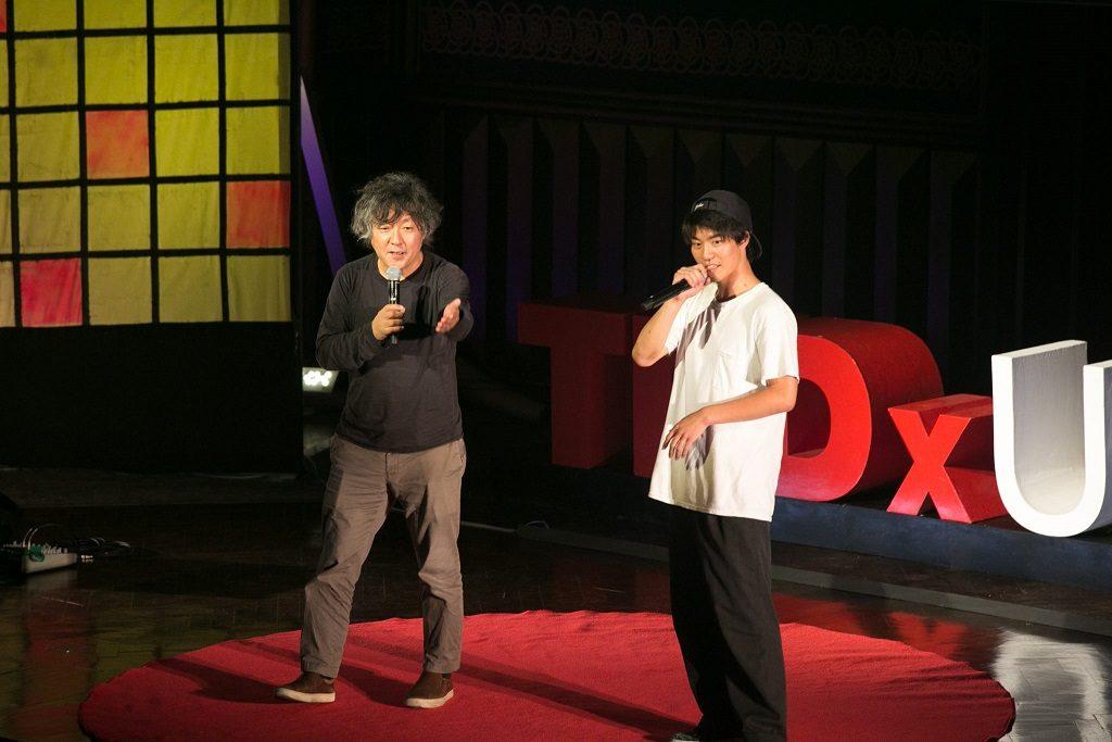 講演後、会場と交流する茂木健一郎氏(左)と現役東大生yossi 2 the futureさん(写真はTEDxUTokyo実行委員会提供)