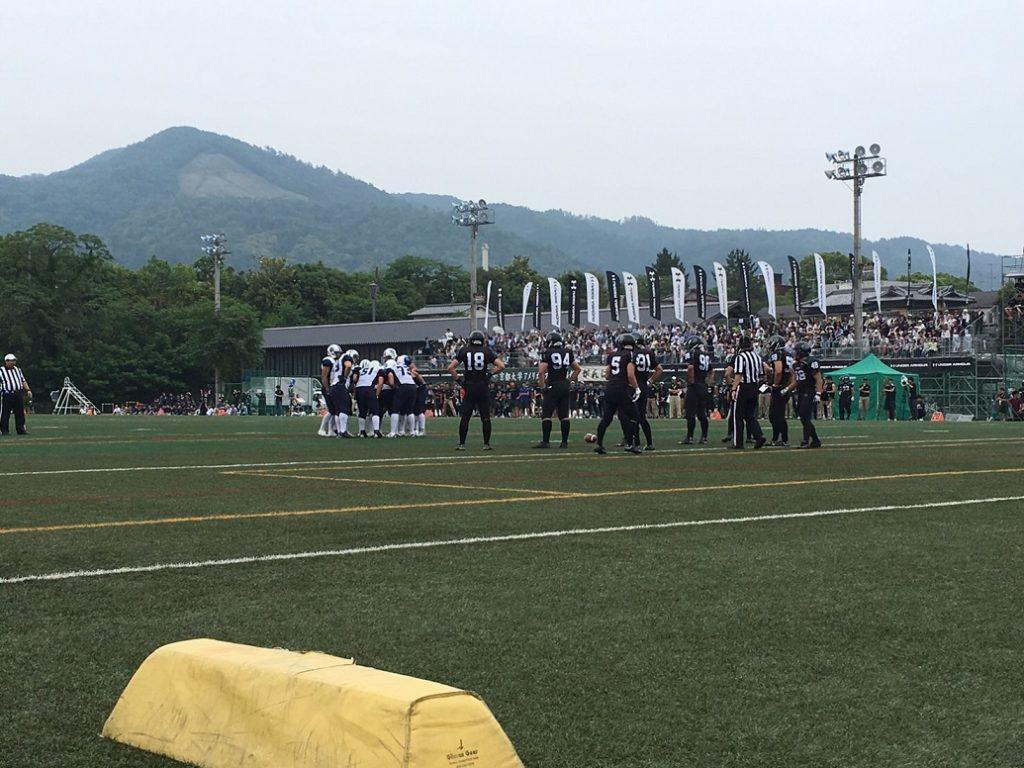 試合前に選手が円陣を組み、気合を入れた(写真はアメフト部提供)