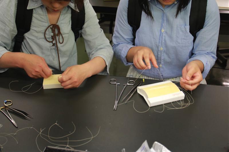 縫合作業に臨む参加者たち