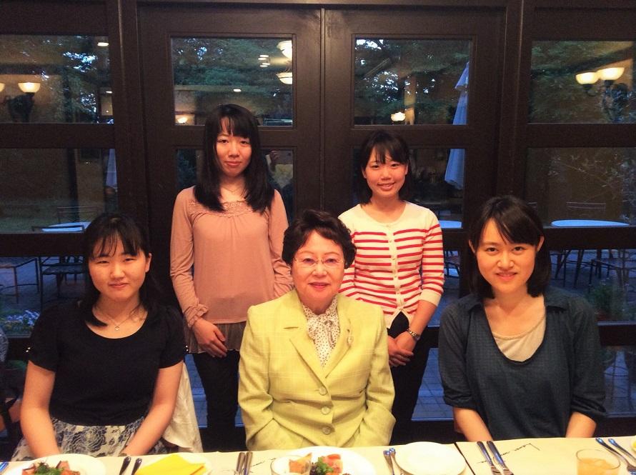 遠山さん(中央)と主催の学生ら