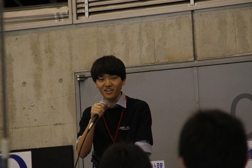 全体に向けて交流会の趣旨を話す橋本さん