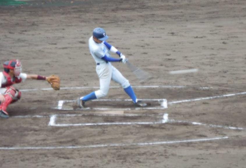 吉井選手の走者一掃の左越え二塁打で逆転に成功(写真は軟式野球部提供)
