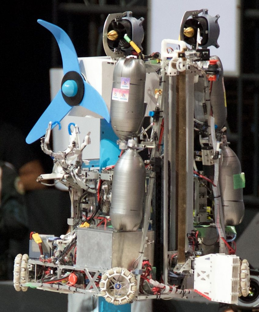 プロペラを取り付ける東大のロボット(写真は東京大学RoboTech提供)
