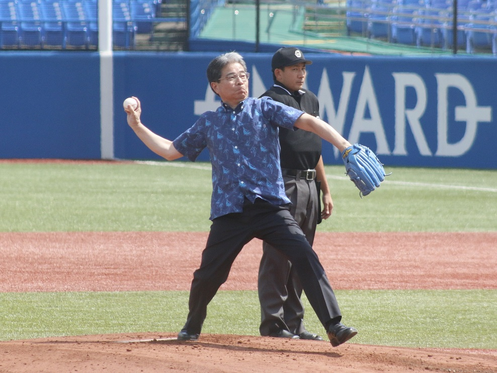 始球式でマウンドからノーバウンド投球を披露した南風原理事・副学長(撮影・田辺達也)