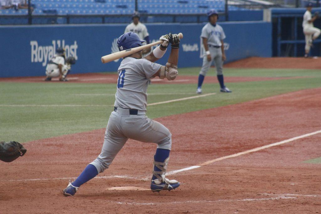 四回、山本克志選手は右越えに本塁打を放ち反撃ののろしを上げる(撮影・佐方奏夜子)