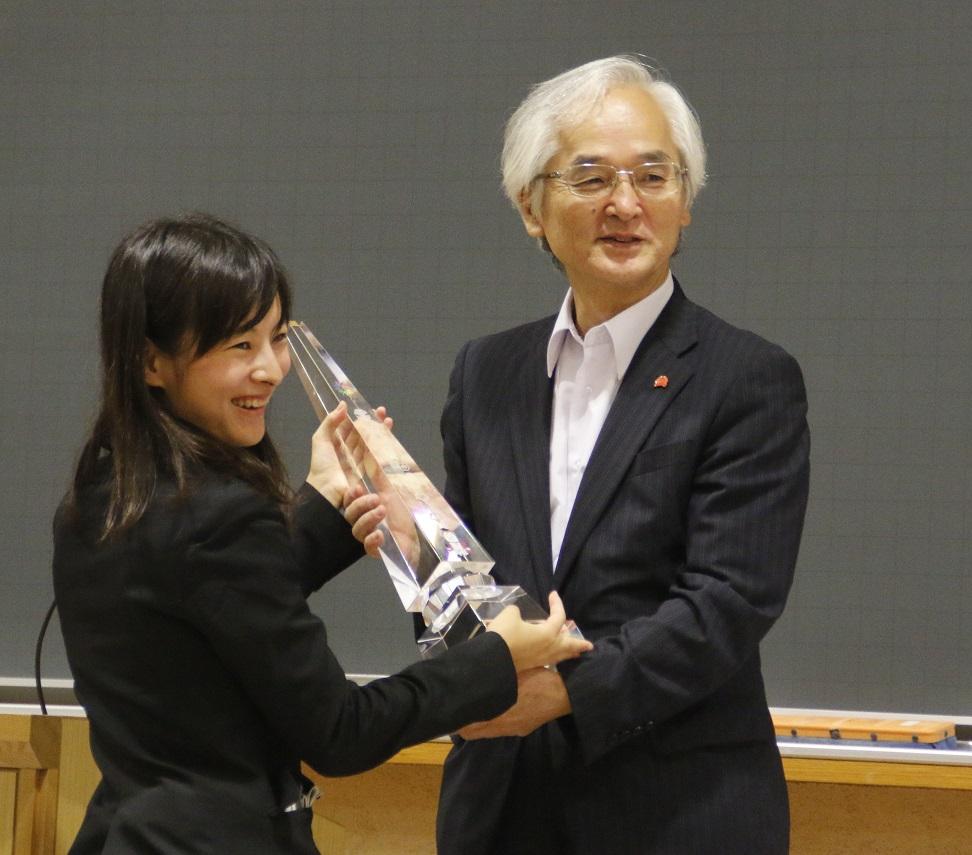 学士会からクリスタルトロフィーが授与された=9月24日、本郷キャンパスで(撮影・関根隆朗)