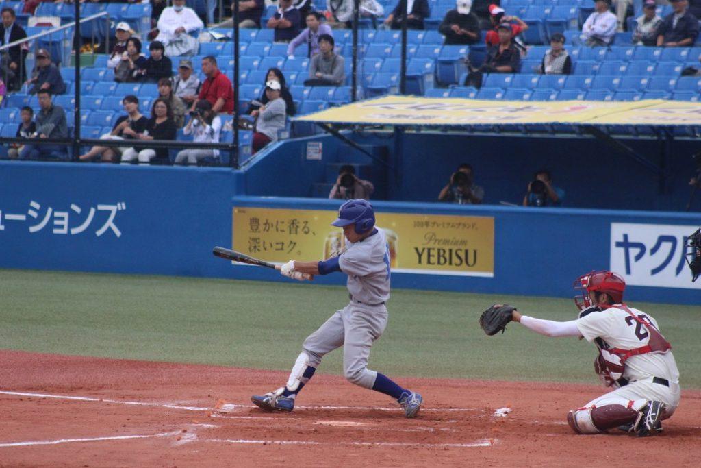 二回、小林投手が自らのバットで先制点を奪う(撮影・関根隆朗)