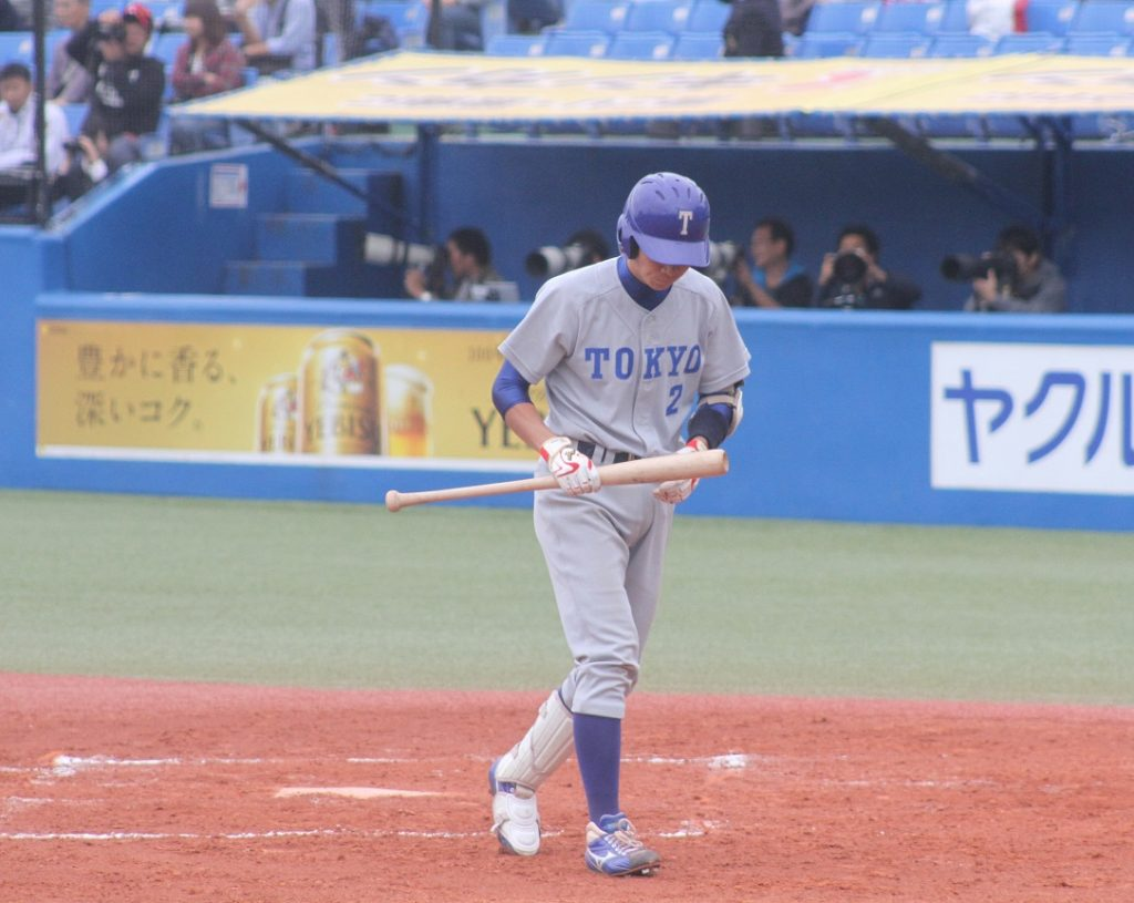 二回無死一塁で送りバントに失敗しベンチに戻る喜入選手(撮影・関根隆朗)