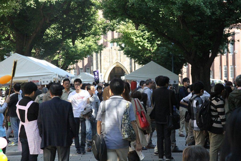 来場者でにぎわう銀杏並木=15日、本郷キャンパスで(撮影・関根隆朗)