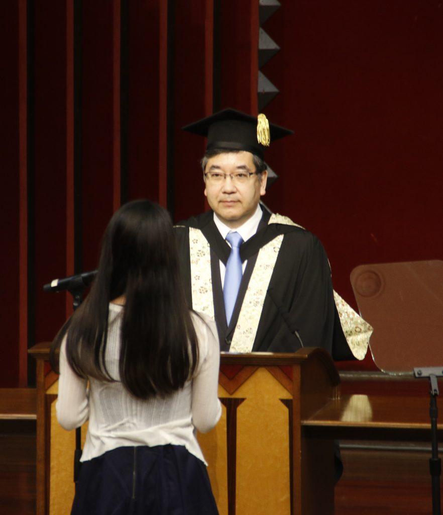 五神総長に答辞を読み上げるジュン・チャン・ヤンさん=23日、本郷キャンパスで(撮影・児玉祐基)