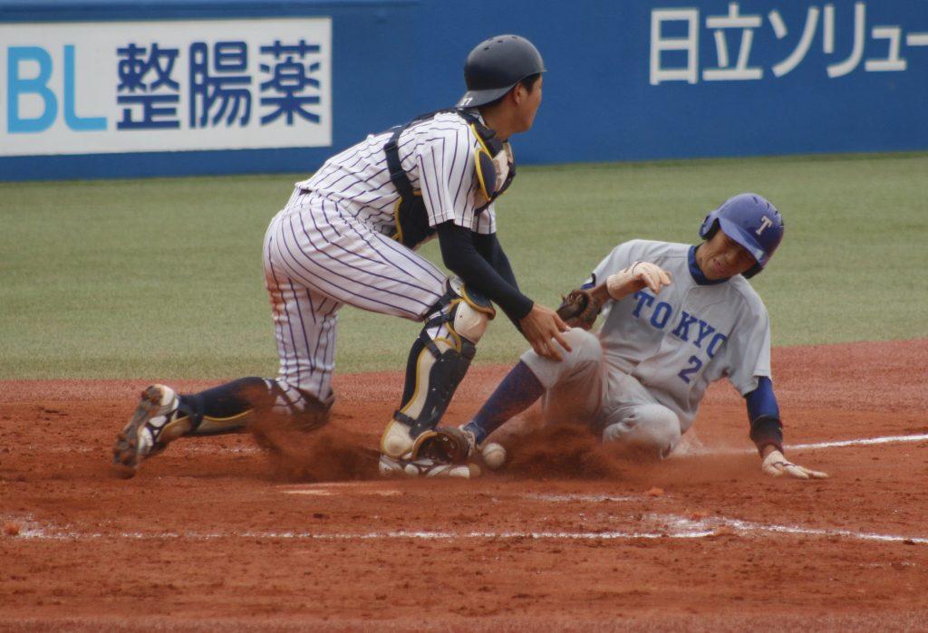 四回裏、竹中選手の適時打で喜入選手がホームに帰り1点差に迫る(撮影・佐方奏夜子)