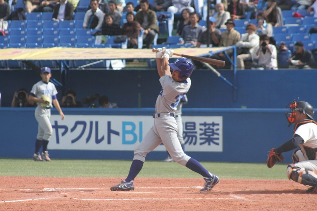 七回裏、宇佐美選手の適時二塁打で1点を返す(撮影・関根隆朗)