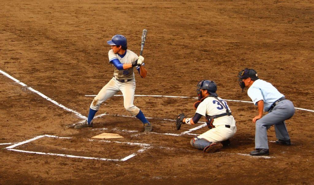 大川選手の三塁打でチャンスを演出する(写真は軟式野球部提供)