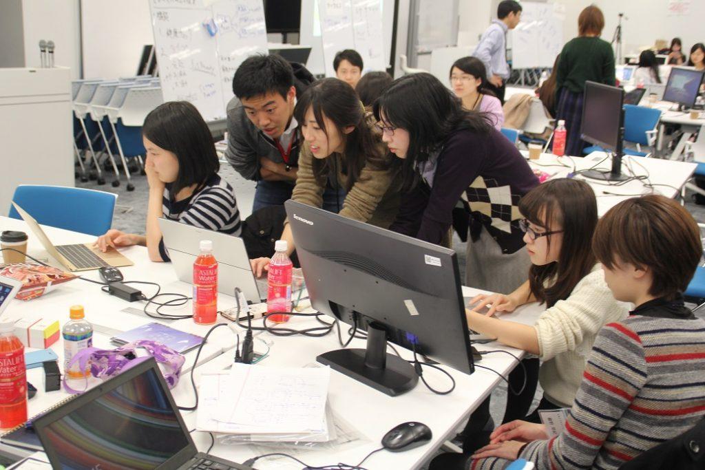 アプリ開発にいそしむ参加者たち。メンターと一丸となりアプリの開発を目指していった