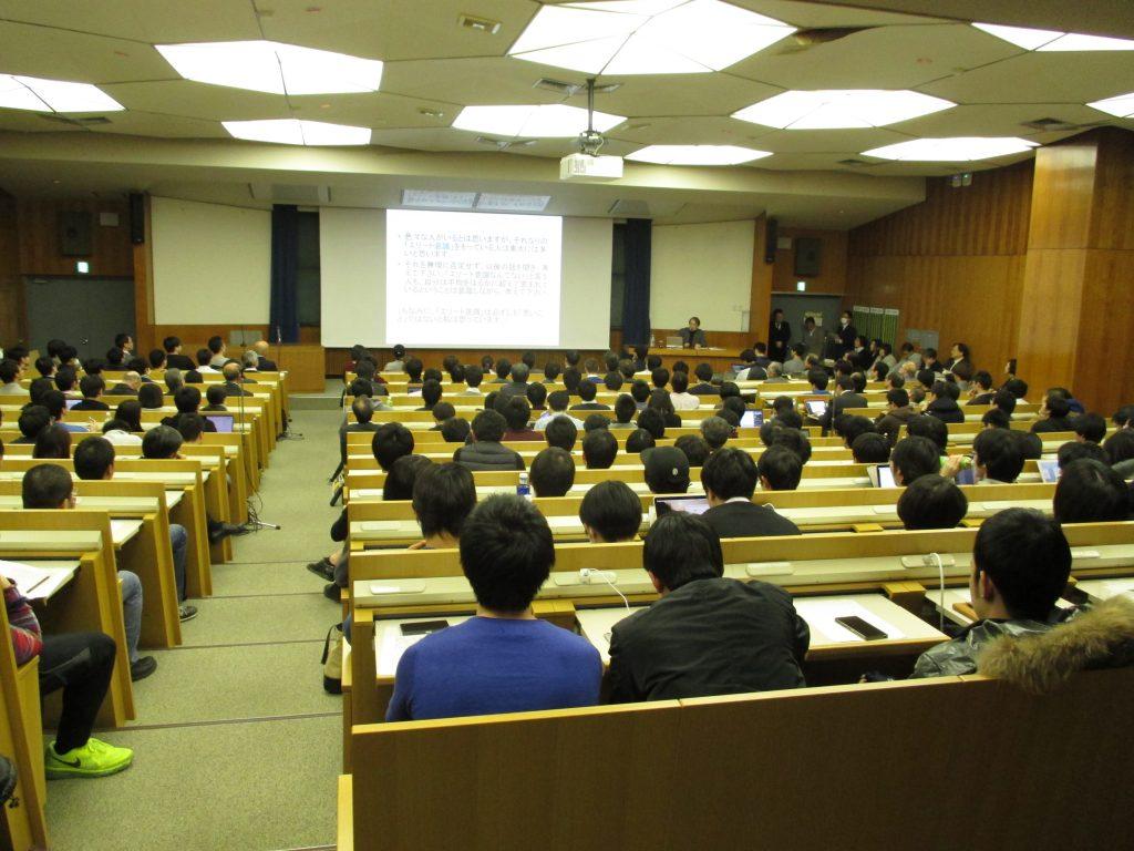 多くの学生・教職員が参加し、佐々木教授の 話に耳を傾けた(写真は工学部学務課提供)